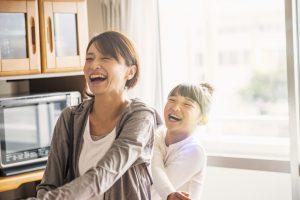 自宅で運動を楽しむ母と娘