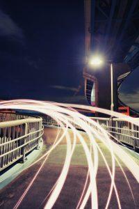 夜の歩道橋と光の軌跡