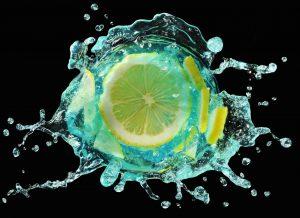 ブルー色のドリンクとレモンの俯瞰瞬間撮影