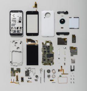 スマートフォンを分解して並べた写真