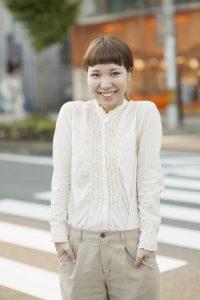 横断歩道の前で撮影した女性のポートレイト