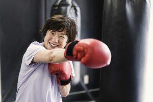 ボクシングで体を動かすシニア女性