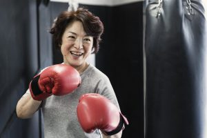 ボクシングを楽しむシニア女性