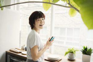 キッチンの前で笑顔のシニア女性