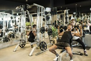 スポーツジムでトレーニングしている男性と女性インストラクター