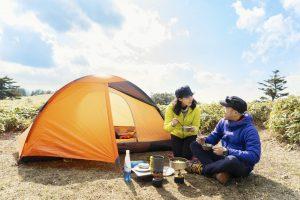 山のテント泊でご飯を楽しむカップル