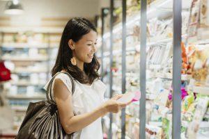 スーパーマーケットで買い物を楽しむ女性