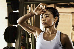 ジムで体を鍛える女性