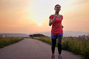 サンセットにランニングを楽しむ女性