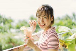 女性がリゾートホテルでドリンクを飲みなが笑っている写真